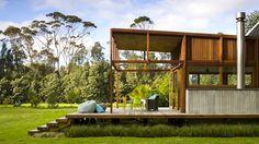 なんと開放型の素敵な家でしょう!ニュージーランドはグレートバリア島にあるグレートバリアハウスは、Crosson Clarke Carnach...