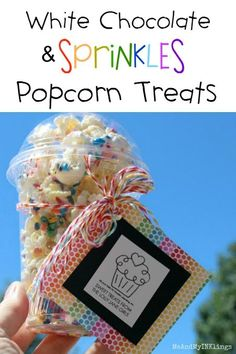 This is the best white chocolate sprinkles popcorn recipe, so easy to make! Great summer dessert idea and love the cute gift packaging idea too! Best White Chocolate, Chocolate Blanco, Bake Sale Packaging, Gift Packaging, Bake Sale Treats, Dessert Dips, Bakery Business, Chocolate Sprinkles, Popcorn Recipes