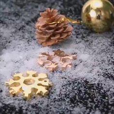 Découvrez les avantages indiscutables de l'outil multifonction Snowflake SMALL: comme le montre la photo, cet outil est petit et facile à transporter. Vous pouvez l'emporter partout avec vous. UNIQUE: Il a une forme unique de flocons de neige et peut même être utilisé pour décorer les arbres de Noël. ROBUSTE: Bien qu'il soit petit, il pèse 60 g et vous pouvez sentir le matériau de haute qualité dans votre main. Et beaucoup plus.. Country Christmas Decorations, Diy Birthday Decorations, Rustic Christmas, Red Christmas, Simple Christmas, Diy Birthday Gifts For Mom, Birthday Diy, Xmas Dinner, Christmas Gift Tags