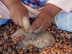 Elle sıkma yöntemi ile 1 Litre yağ elde etmek için 30-40 kg Meyve gerekir ki; bu miktar 4-5 ağacın mahsülü demektir.Meyveler kurutulduktan sonra çekirdekleri alınır. Sert çekirdekler taşla kırılarak açılır ve içindeki bademler itinayla alınır.Bademler elle Taş değirmende ögütülür. Bu işlem sonucu kremsi ve yağlı bir ezme oluşur. Daha sonra yağ ve posanın ayrışması için bu karışıma kaynatılmış su eklenerek yoğrulur, böylece değerli Argan yağı çekirdekten ayrılmış olur.