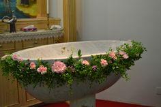 Pila bautismal con camino de flores