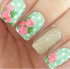 Uñas color menta con lunares y flores