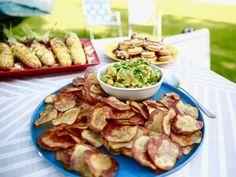 "Homemade Chili Potato Chips with Sesame Avocado Salsa (Girl Meets Grill) - Molly Yeh, ""Girl Meets Farm"" on the Food Network. Avacado Salsa, Guacamole, Avocado Dip, Sauce Sriracha, Food Network Recipes, Cooking Recipes, Homemade Chili, Salsa Recipe, Appetizers"