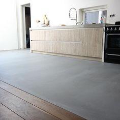 Afbeeldingsresultaat voor gietvloer aansluiten op houten vloer House Design, House Tiles, House Flooring, Cabin Interiors, House Interior, Home Deco, Home Kitchens, Flooring, Flooring Inspiration