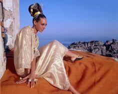 Marisa Berenson em caftan ouro por Tina Leser com anéis por Gripoix, foto de Henry Clarke, 1968