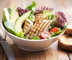 Salade Met Gerookte Kip En Pesto-yoghurtsaus recept   Smulweb.nl