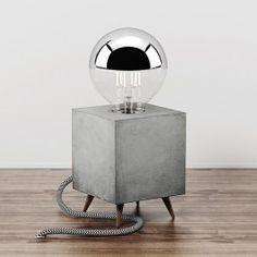 ER IST DA.Der LOOMACUBE C1. Er ist unser erstes Produkt mit dem wir nach monatelanger Entwicklungszeit auf den Markt gehen . Mit viel Leidenschaft und Energie haben wir eine Tischlampe entworfen, die Modernität, Industriedesign und Vintage-Look vereint.Der LOOMACUBE C1 ist eher eine Leuchte für Designästheten, als für Freunde des Mainstreams. Er ist eher für Minimalisten gemacht, als für Kitschverliebte. Er ist einzigartig, weil handgemacht.Der LOOMACUBE C1 vereint Beton, Licht, Holz und…