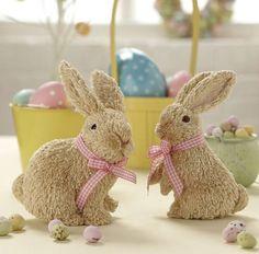 lapins en peluche avec des rubans à carreaux et deux paniers d'œufs de Pâques en jaune
