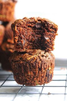 These Healthy Chocolate Zucchini Muffins are made with healthy ingredients, no refined sugar and are dairy free. Super moist and delicious with chocolate flavor, they will be a hit in your home! Zucchini Muffin Recipes, Healthy Muffin Recipes, Best Breakfast Recipes, Healthy Muffins, Snack Recipes, Sugar Free Zucchini Muffins, Healthy Desserts, Baking Recipes, Healthy Chocolate