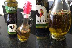 Adoro fazer o azeite aromatizado, por que amo comer salada com esse azeite. Você pode aromatizar o azeite com qualquer...
