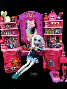 """MONSTER HIGH Abbey Bominable """"Salon Stylist"""" Doll / Outfit Stewart van Rensburg I know you are not a mad Abbey fan but how cute is this? Monster High Crafts, Monster High Toys, Monster High Characters, Love Monster, Monster High Cosplay, Monster High Abbey, Polly Pocket Dolls, Custom Barbie, Mini Doll House"""