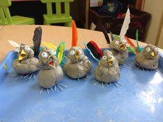 vogels in de lente. Nu nog een nestje maken. Groep 3 kan dit al wel. Zorg voor veren en takjes en papier voor de bekjes en kralen voor de ogen.