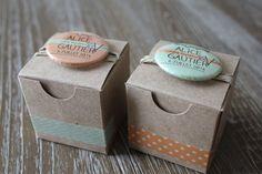 2 boites à dragées coordonnées en kraft avec badges personnalisés : Autres bébé par les-boites-de-la-sardine