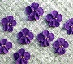Small Royal Icing Violets to Decorate Cupcakes and Cakes