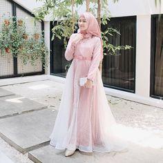Bikin luarnya saja Hijab Prom Dress, Hijab Gown, Muslimah Wedding Dress, Hijab Style Dress, Muslim Wedding Dresses, Muslim Dress, Dress Outfits, Casual Hijab Outfit, Bridesmaid Dress