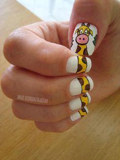 Unhas com decoração de girafa.