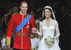 Cô dâu Kate cũng ghi điểm bởi thời trang thanh lịch và bó hoa cưới nhỏ xinh xắn. Bó hoa không quá cầu kỳ, tôn thêm vẻ đẹp của chiếc váy ren và làm phụ kiện đẹp cho cô dâu trong ngày cưới.