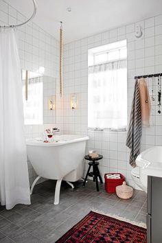 1700-talsstall förvandlades till ett modernt hem - Hus & Hem - luv the tiny tub.  perfect for my tiny house!!!