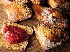 Nybakte scones er noe av det ypperste en kan unne seg til frokost. Denne britiske spesialiteten som ikke krever heving, kan kan fylles med så mye forskjellig, så mye godt. Du kan lage deigen dagen før, ha den liggende i kjøleskapet og så kjevle den ut. Enda enklere er det å fryse scones ustekte, og ta dem ut av fryseren rett før frokost.Kilde: Adresseavisen. Foto: Vegard Eggen