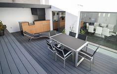 Reforma loft minimalista con piscina interior. La terraza aparece como prolongación de la casa debido al mobiliario.