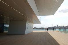 Concebido por David Chipperfield Architects y b720 Arquitectos, el edificio es un mirador estratégicamente situado en el extremo este de la dársena.