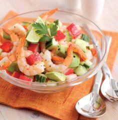 Esta saborosa salada de marisco fica ótima sobre uma cama de folhas de alfaces  variadas para salada, com pão integral e manteiga a acompanhar