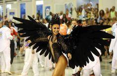 Sabrina Sato atraiu todos os olhares na Sapucaí com sua fantasia de cisne negro