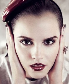 Áries: Emma Watson é uma ariana poderosa! Este é um signo de pessoas fortes e corajosas. No make elas podem ousar: prefira tons quentes e vibrantes. Já na boca uma boa sugestão é o batom carmim ou outras cores fortes. As arianas também podem abusar do rímel e do delineador preto, pra deixar o olhar bem marcado
