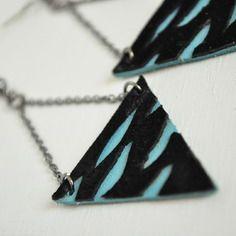 Boucles d'oreilles graphiques en cuir véritable bleu et daim noir ajouré