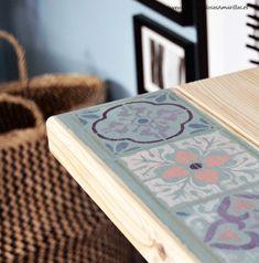 Os mostramos una idea paso a paso para personalizar un escritorio de madera de Ikea con chalk paint y una plantilla de baldosas hidráulicas vintage.