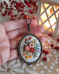 Meyra ( atolye_meyra ) - Sevgili Tuba Hanım'ın seçimleri hep çok güzel, kendisi gibi 😊 Bu işin en keyifli yanlarından birisi de böyle tatlı insanlarla karşılaşmak 💕 Allah herk Rose Embroidery, Embroidery Jewelry, Modern Embroidery, Embroidery Stitches, Floral Necklace, Feather Earrings, String Art, Handmade Accessories, Couture