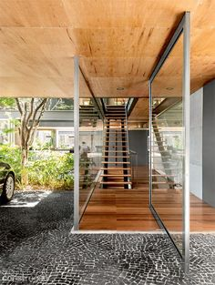Brazilian pad embraces transparency and open spaces