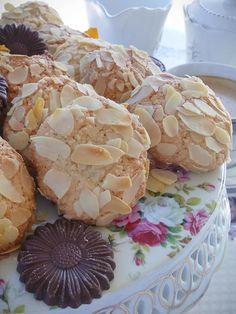 """Η Συνταγή είναι από κ.  Tzela Antonopoulou   – """"ΟΙ ΧΡΥΣΟΧΕΡΕΣ / ΗΔΕΣ"""".    Υλικά  400 γρ αμύγδαλόψιχα ωμή χωρίς φλούδα  230 γρ ζάχαρη κρυσταλλική  3-4 σταγόνες εσανς πικραμυγδαλο( υπάρχει στα σούπερ μάρκετ) ή  1 κ.σ λικέρ αμαρετο  100 γρ Cake Mix Cookie Recipes, Cake Mix Cookies, Biscuit Cookies, Cake Recipes, Dessert Recipes, Snack Recipes, Greek Sweets, Greek Desserts, Greek Recipes"""