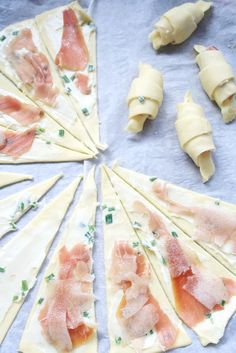 Comment réaliser cette recette ? On tartine du roquefort mélangé à de la ciboulette sur des triangles de pâte feuilletée, on ajoute un morceau de jambon et d'une lamelle de poire et on enroule les croissants sur eux-mêmes. On recouvre de fromage râpé et on enfourne 20 min à 180°C. Déco...