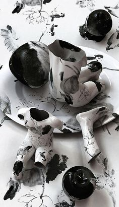 """""""Korean artist Kim Joon fabricates images of fragments of hollow porcelain that resemble nude bodies."""""""