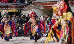 พระสงฆ์แต่งกายในชุดพื้นเมือง ประกอบพิธีเต้นรำ ในเทศกาล 'sacred dances' ที่วัดเฮมิส กอมปา ในเมืองเลห์ รัฐชัมมูและกัศมีร์ ประเทศอินเดีย...