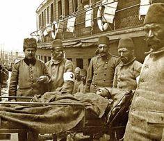 Çanakkale'den gemiyle Sirkeci'ye getirilen gaziler, 14 Mayıs 1915