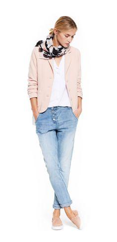 Damen Outfit Light Spring Colors von OPUS Fashion: rosa Blazer, weisse Bluse, hellblaue Jeans