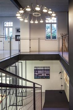 Rustikales Treppenhaus aus Stahl und Baumaterial