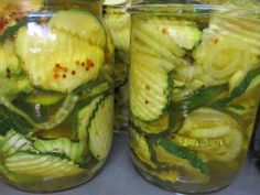 Fresh zucchini from your garden can be used in many ways. One option is to take some of your harvest and use it to prepare sweet and spicy zucchini pickles. Canning Zucchini, Zucchini Relish, Zucchini Pickles, Pickled Zucchini, Recipe Zucchini, Zucchini Bread, Canning Pickles, Homemade Pickles, Pickles Recipe