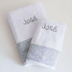 Juego de toallas bordadas con nombre. toalla de duche y de lavabo para bebes o niños. Toallas infantiles. Tienda online. Entrega en 24 horas.