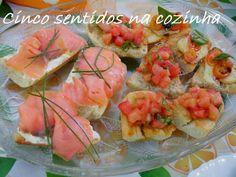 Cinco sentidos na cozinha: Tapas sortidas- salmão fumado com queijo fresco e cebolinho, tomate- cereja, queijo e vinagre de amor