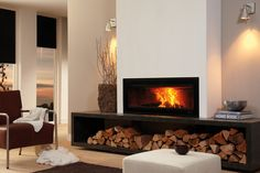 The built-in Vision 100 stove is suitable for medium sized to large living spaces. Its broad panoramic door is equipped with a lovely black print. This door provides access to the interior of the stove which can hold logs up to 60 cm in length.