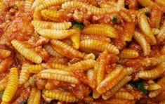 Malloreddus alla campidanese - Ecco la ricetta dei malloreddus alla campidanese, un primo piatto saporito della cucina tradizionale sarda. Si tratta di gnocchetti sardi conditi con salsiccia, polpa di pomodoro e bacche di mirto o ginepro.