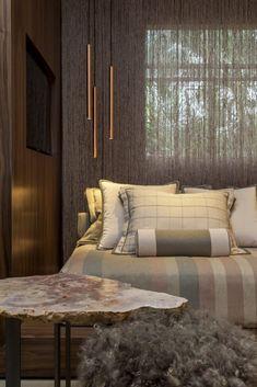 A cama foi decorada com os mesmos tons e tecidos aplicados na estante, contrastando as cores claras da Coleção Lisboa da Entreposto, com a madeira mais escura, lembrando o Cumaru.