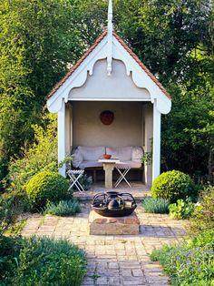 Домики – атрибут английских садов в викторианском стиле, хотя всё чаще они встречаются и у нас в Подмосковье. Такие постройки с глухими стенами надо обязательно ориентировать по солнцу, иначе внутри будет сыро и холодно.