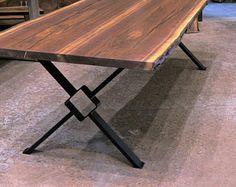 """Mesas de comedor de nogal de borde en vivo. Horno secadas losas. Patas de mesa moderna """"X"""" con 6"""" media plaza."""