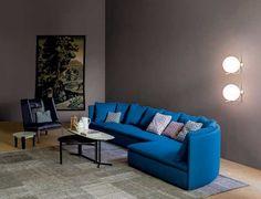 Sofá azul Mangold em sala com parede cinza