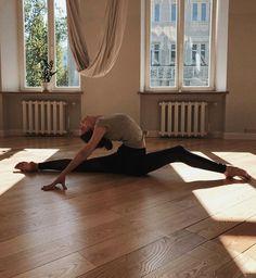 Dance Photography Poses, Dance Poses, Yoga Poses, Art Ballet, Ballet Dancers, Yoga Pictures, Dance Pictures, Flexibility Dance, Gymnastics Workout