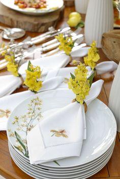 Guardanapos bordados by Matisse Casa e porta-guardanapos de flores da marca Couvert, apostando nos tons de amarelo para um almoço no jardim!